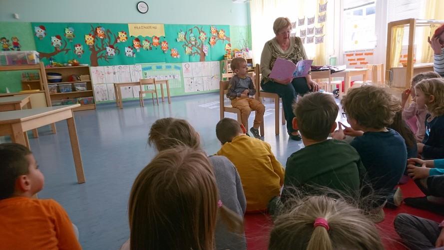 ob-dnevu-knjige-z-obiskom-lukove-babice-ki-nam-predstavi-avtorsko-knjigo-in-bere-zgodbo